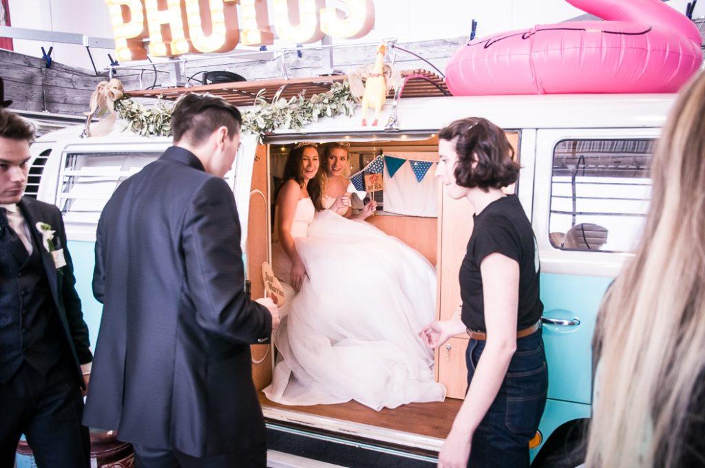 Hochzeitfeier Ideen . Wie wäre es mit einem Fotostudio im VW Buss.
