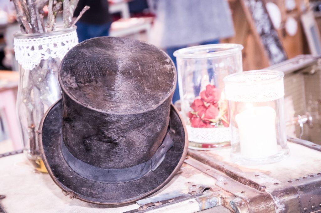 Zylinder als Kopfbedeckung für die Hochzeit. Ein stielvolles Bild