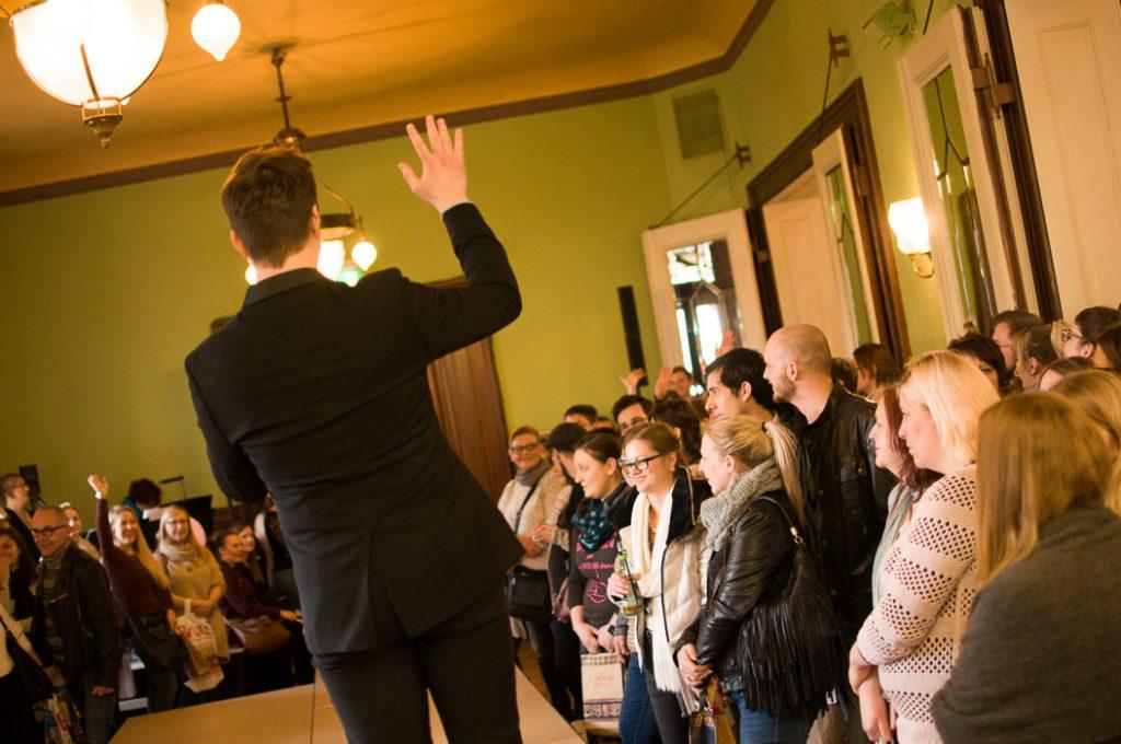 Hochzeitsmesse Besucher und ein Moderator