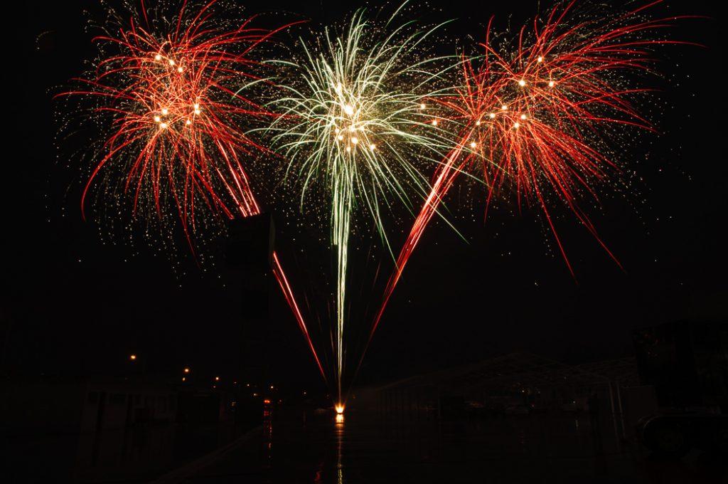 Ein Feuerwerk über dem Messegelände. Buntes Feuerwerk für Ihre Hochzeit .