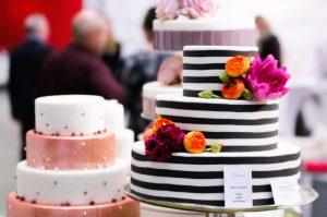 Tortenpräsentation auf der Hochzeitmesse .
