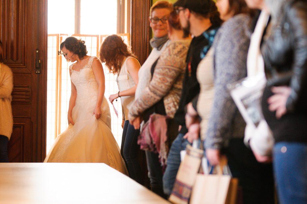 Die Tür geht auf und bestaunen die Besuche der Hochzeit-Messe die Brautkleider der Modenshow.