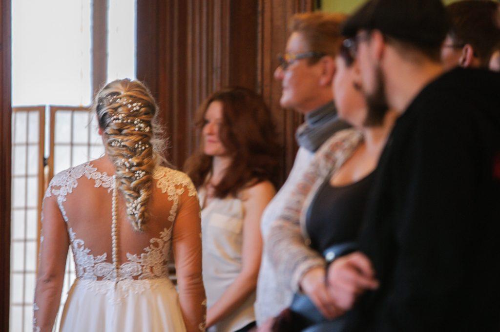 Hochzeitsmesse Besucher gucken der Braut hinterher