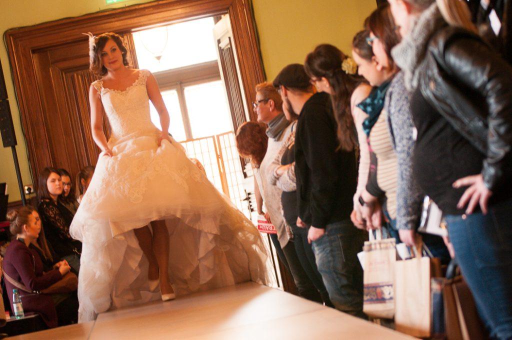 woow was für ein Brautkleid. Hochzeitsmesse Besucher