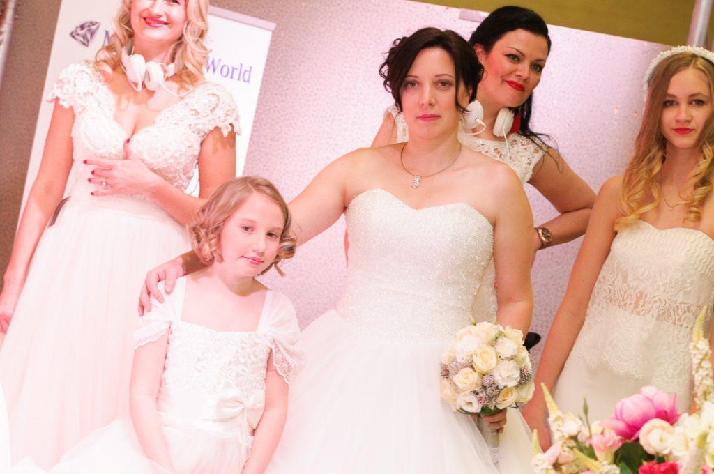 Blumenkinder dürfen natürlich nicht bei der Hochzeit fehlen. Passende Kindermode wird auf der Bühne Präsentiert.