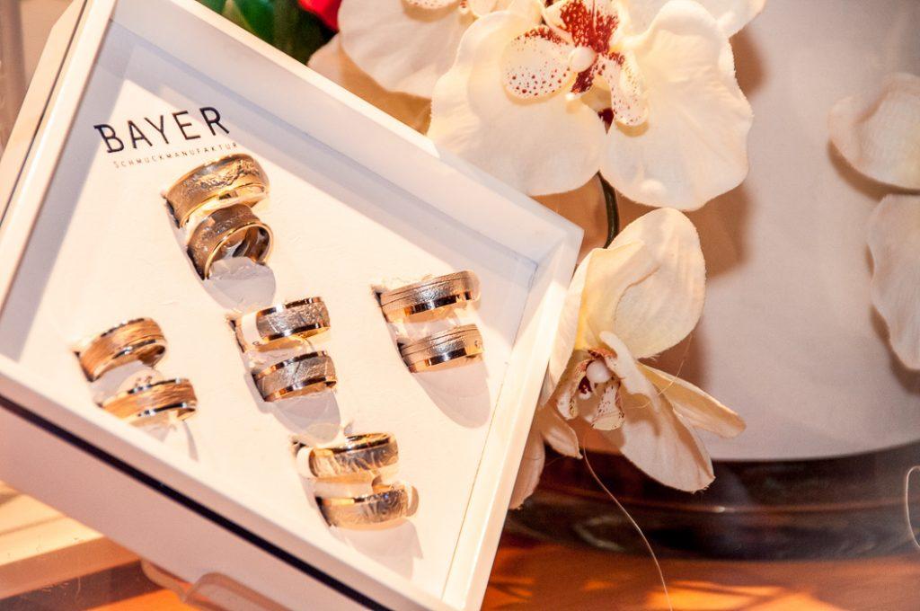 Die Ringe zur Hochzeit stecken im einem Blister am Messestand.