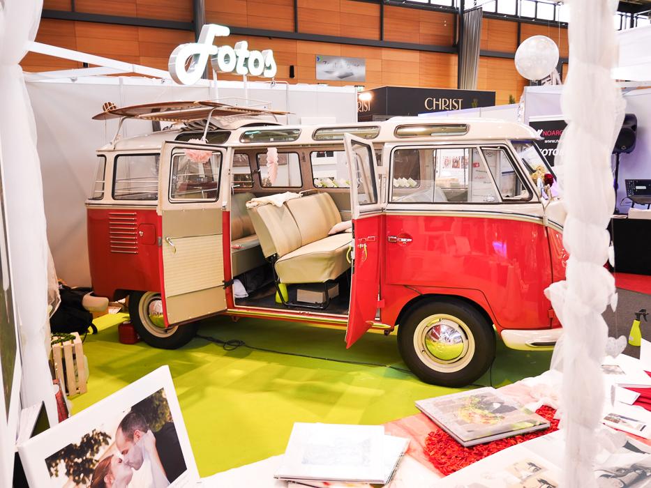Der Fotobuss mit offenen Türen läd Besucher der Hochzeitmesse ein, Fotos zu machen.