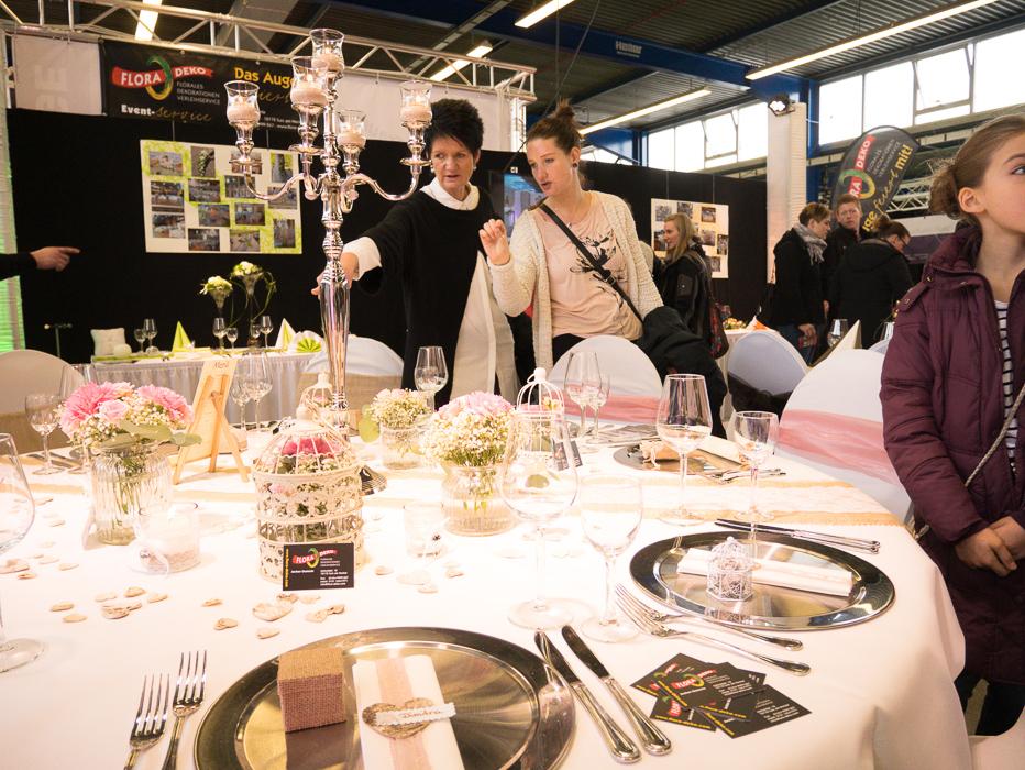 Besucher finden Ideen und Anregungen für ihre Hochzeit. Dekoration und andere Dienstleistungen können direkt auf der Messe gebucht werden.