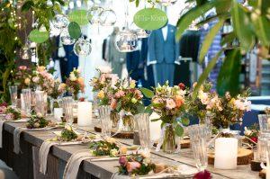 heiraten in Freiuburg . Die perfekte Tischdeko mit Blumen an jedem Gästeplatz.