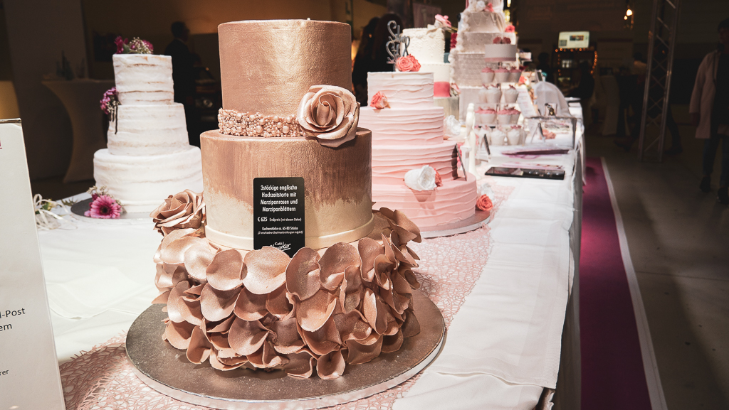 Die »TRAU« bietet Ihnen eine riesen Vielfalt an Ausstellern aus den unterschiedlichsten Branchen . Hier ein Beispiel der Hochzeittorten.